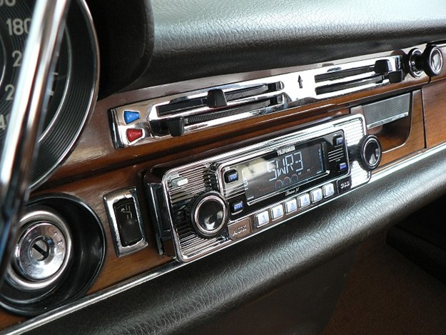 That car radio, a gateway to no-holds-barred sing-a-long madness. (RetroSound/Flickr)