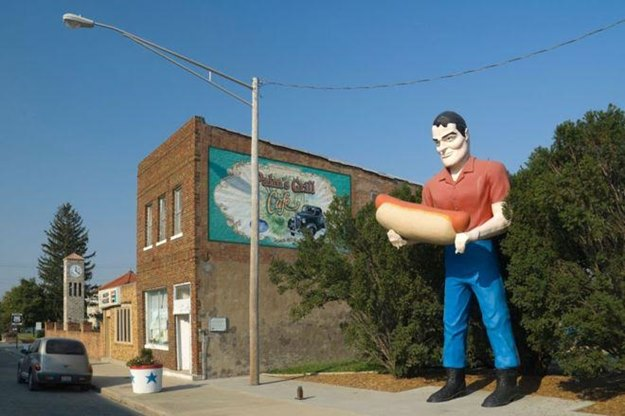 Muffler Man sometimes looks like a lumberjack, and sometimes he's carrying a giant muffler. (Wikipedia photo)